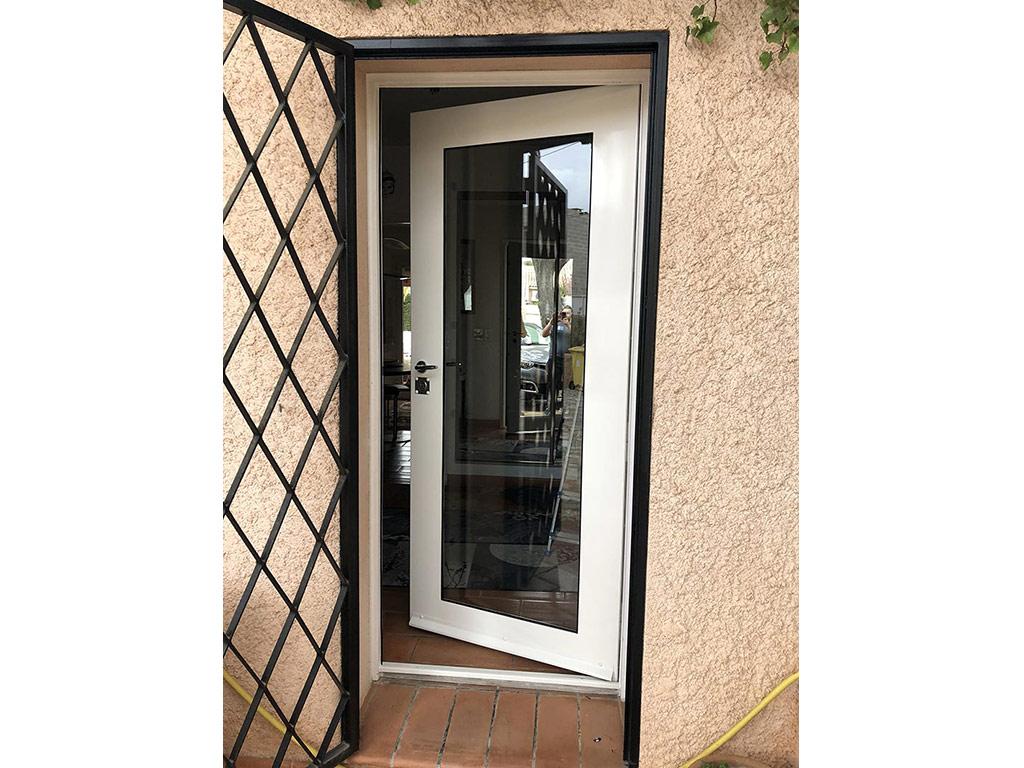 Porte-fenêtre et grille de protection