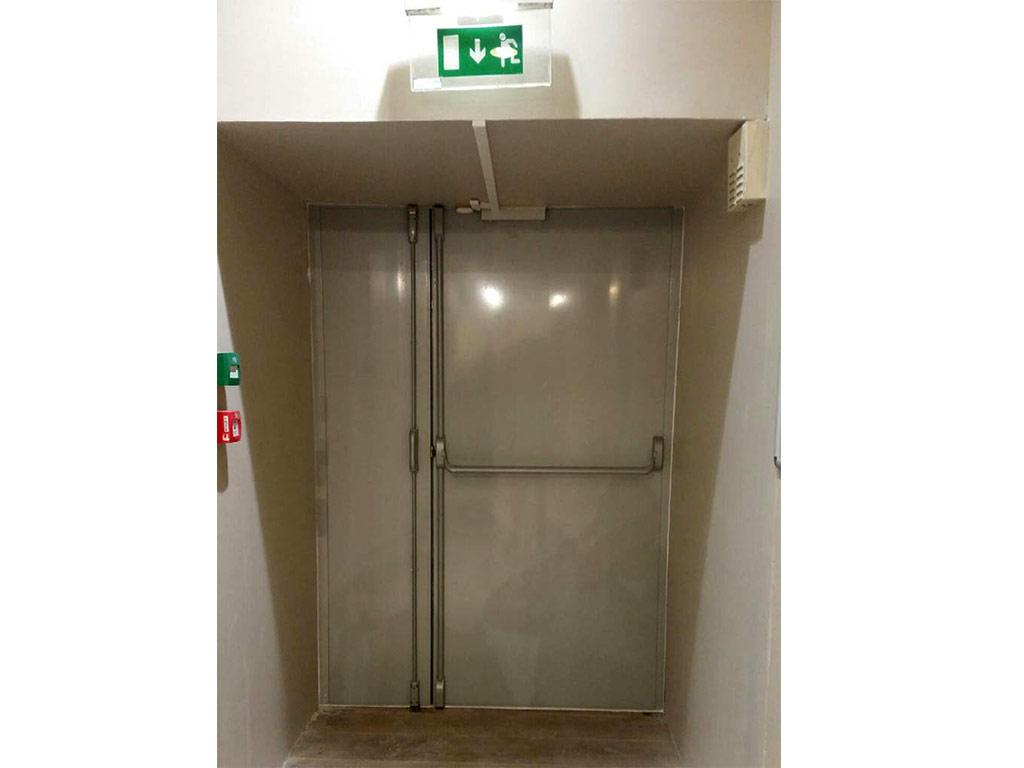 Porte issue de secours anti-effraction