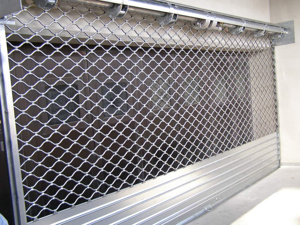 Rideau métallique à tubes ondulés